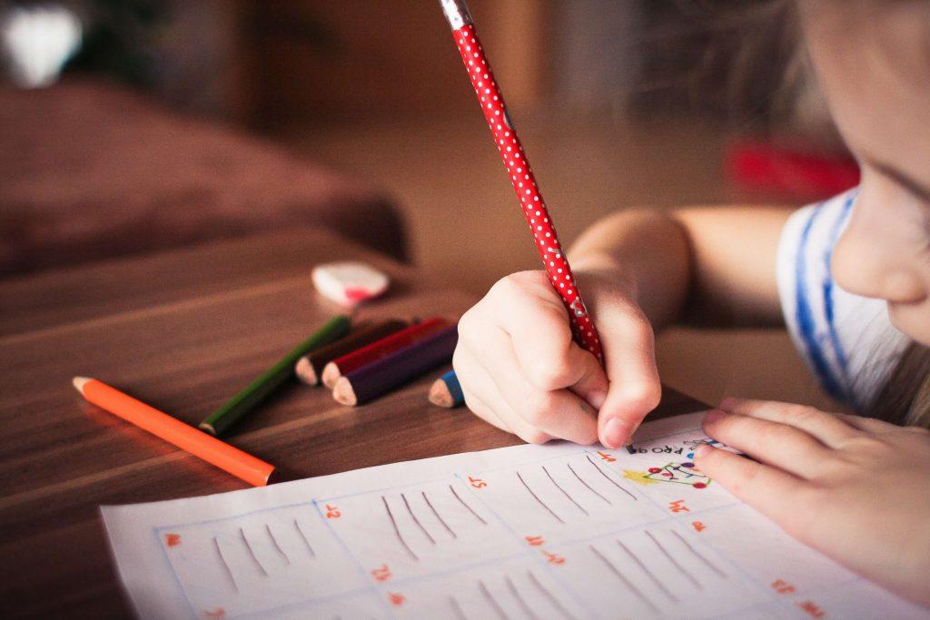 Kind macht Übungen von Zuhause aus Homeschooling
